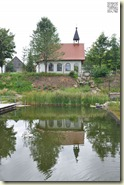 die Kapelle mit dem Bio-Badeteich