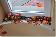 Kastanien und Blätter im Treppenhaus