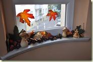 Herbstlaub, Kastanien und Pilze am Fenster