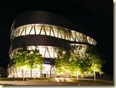 das beleuchtete Mercedes-Museum