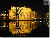 beleuchtetes Opernhaus mit See