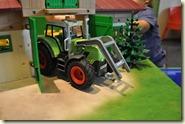 der neue Bauernhof mit großem Traktor