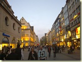 Abendlich beleuchtete Fußgängerzone