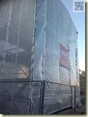 ein riesiger Schutzfolien-Turm vor dem Kunstmuseum